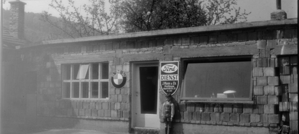 Schwarzweißbild Ford Dienst Werkstatt Außenansicht 1959