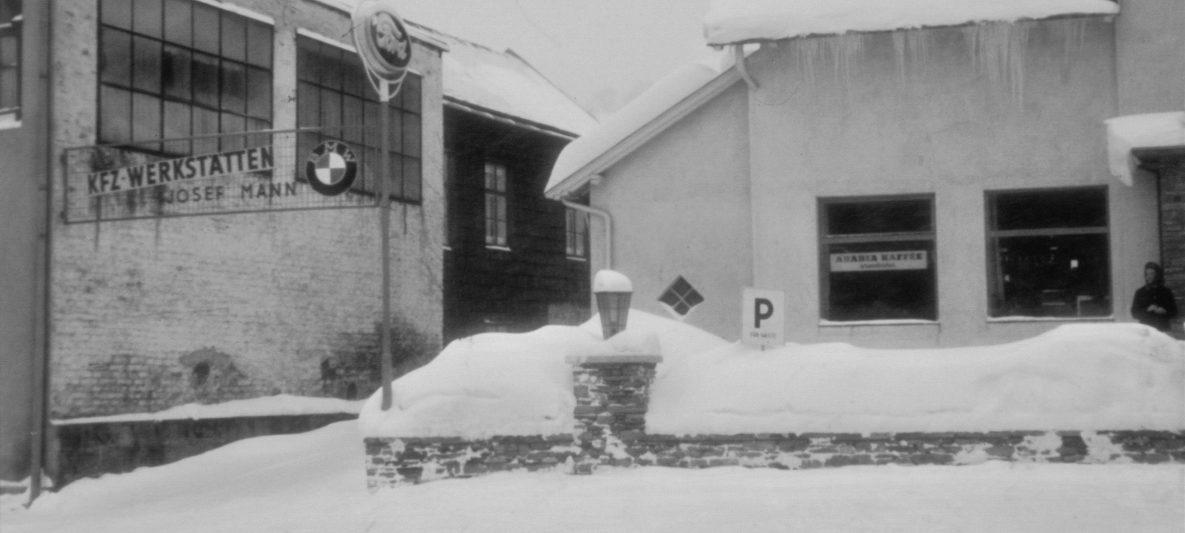 tiefwinterliche Firmengebäudeansicht im Jahr 1962