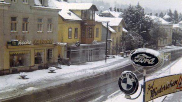Blick auf die winterliche Hauptstraße und das alte Firmengebäude von BMW und Ford im Jahr 1969