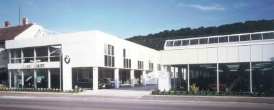 Straßenseitige Ansicht der Firmengebäude im Jahr 1993