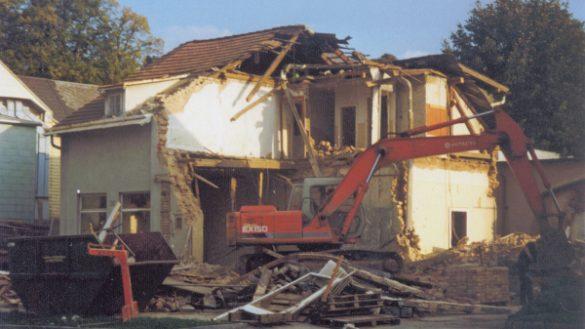 Abriss des Wohnhauses auf dem Grundstück der neuen Gebrauchtwagenhalle