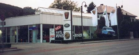 Straßenseitige Ansicht des Verkaufsgebäudes für Rover, Landrover und MG