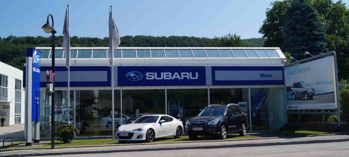 Subaru Fahrzeugverkaufshalle mit 2 frontal davor platzierten Fahrzeugen