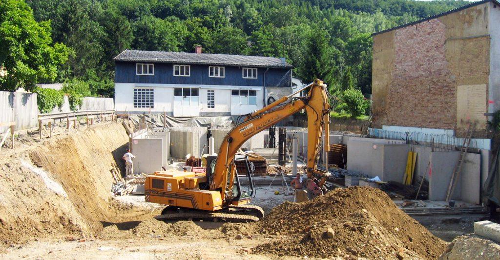 Grabungsarbeiten für den Bau der neuen Gebrauchtwagenhalle 2004