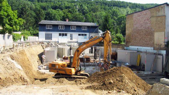 Bagger auf Baustelle beim Bau der neuen Gebrauchtwagenhalle im Jahr 2004