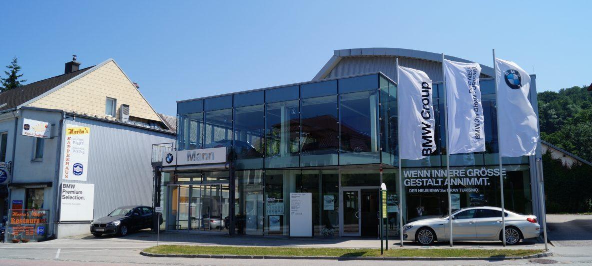 Gebäudeaußenansicht Straßenseitig BMW Mann Gebrauchtwagenhalle