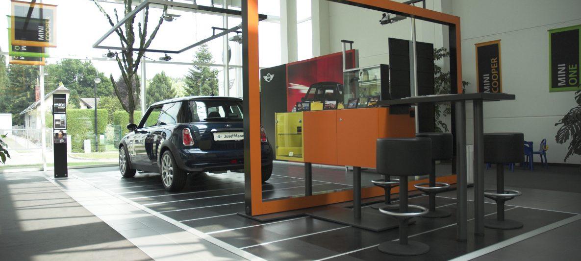 Mini Verkaufsbereich im Hauptgebäude mit Stehtisch und Barhockern im Jahr 2006