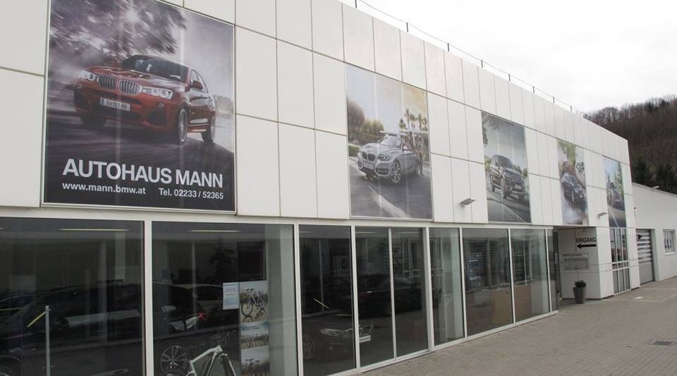Firmengebäude mit Fassadenprints von aktuellen BMW Fahrzeugen