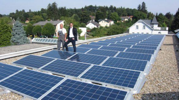 Photovoltaikanlage auf dem Dach des Hauptgebäudes mit Haustechniker und Geschäftsführung