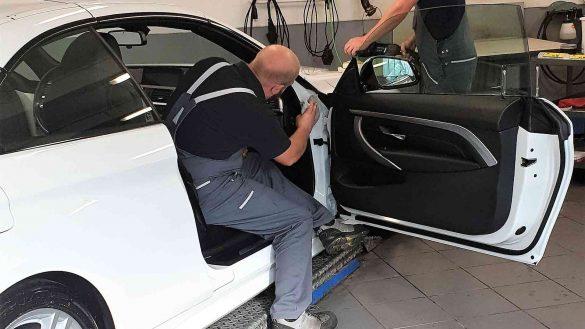 Fahrzeugreinigung und Politur an einem weißen Cabrio