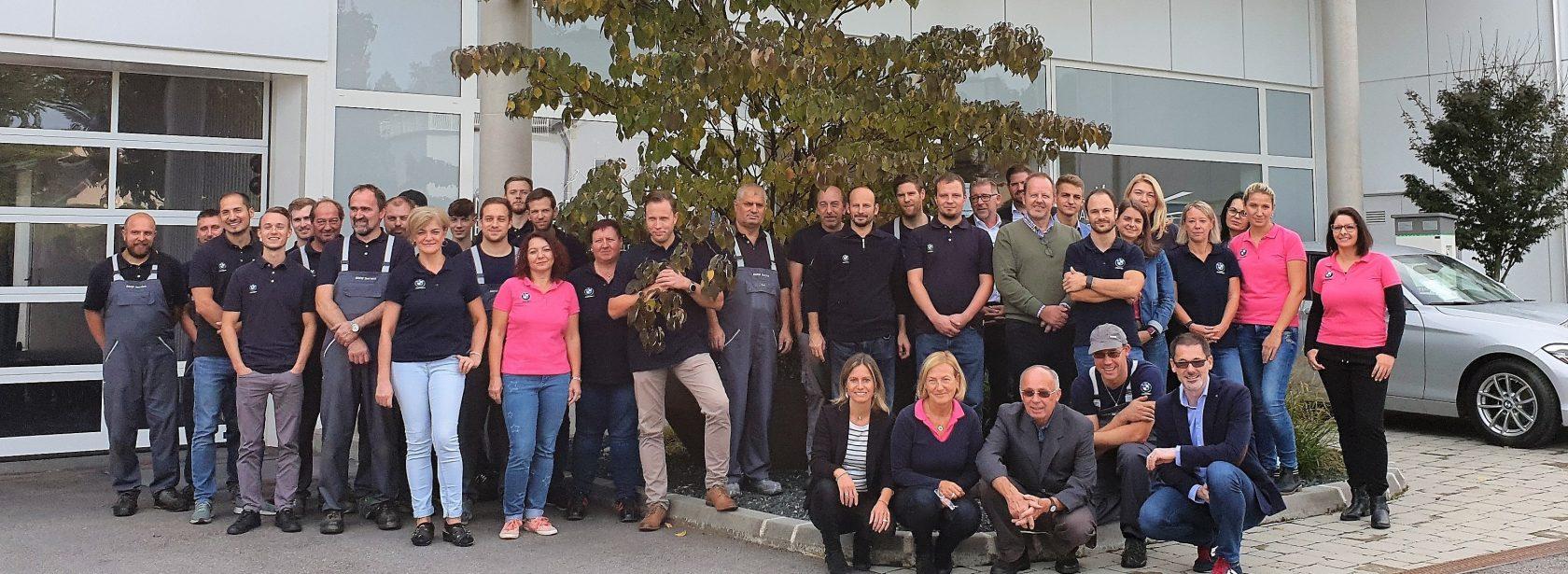 Mitarbeiter-Gruppenfoto Team Mann vor dem Firmengebäude