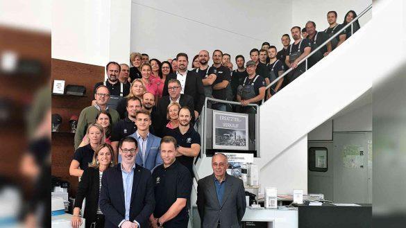 Mitarbeiter-Gruppenfoto Team Mann auf dem Treppenaufgang Perspektive von unten
