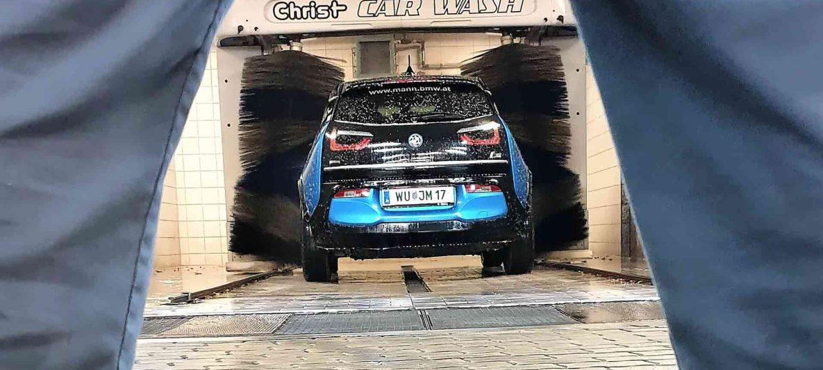 Auto-Waschanlage in Betrieb mit Elektroauto
