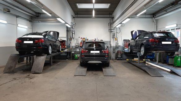 Werkstatthalle mit Werkbänken, 3 Hebebühnen und 3 Fahrzeugen