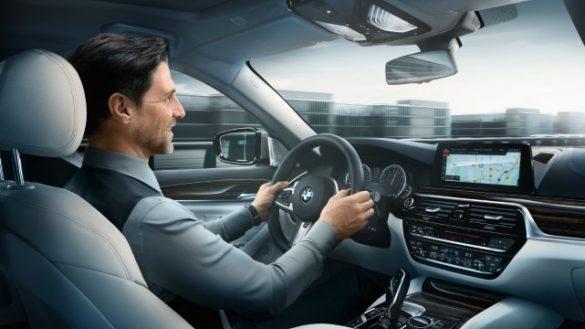 BMW Cockpit mit grauem Leder und Business Man am Steuer