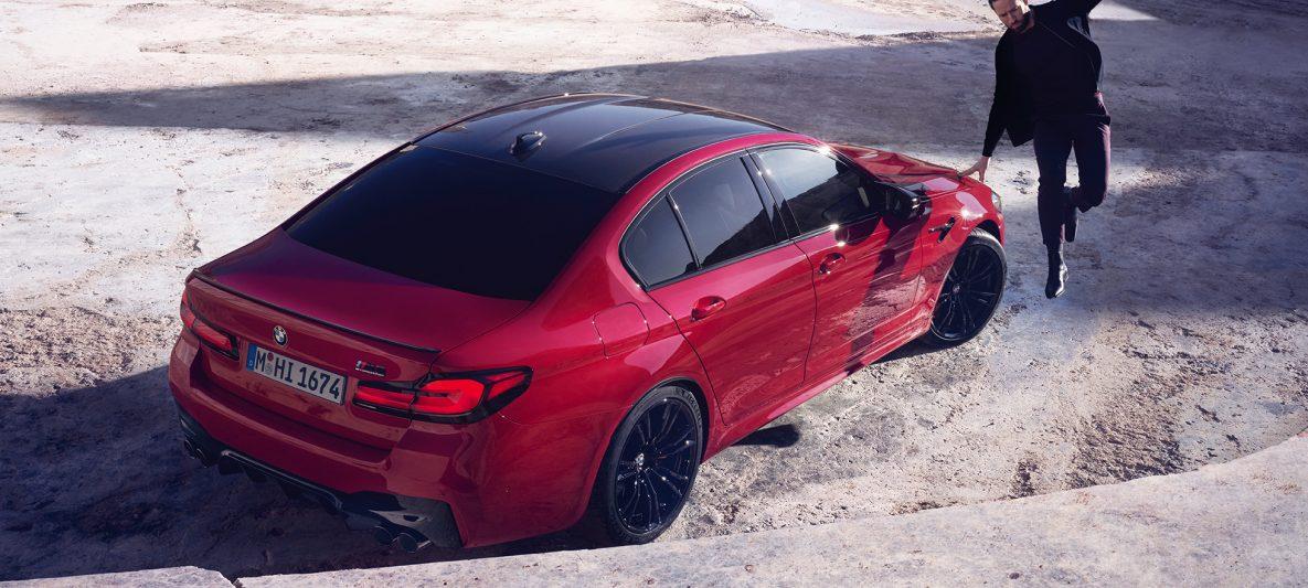 BMW M5 Competition F90 LCI Facelift 2020 BMW Individual Imola Rot Dreiviertel-Heckansicht aus Vogelperspektive