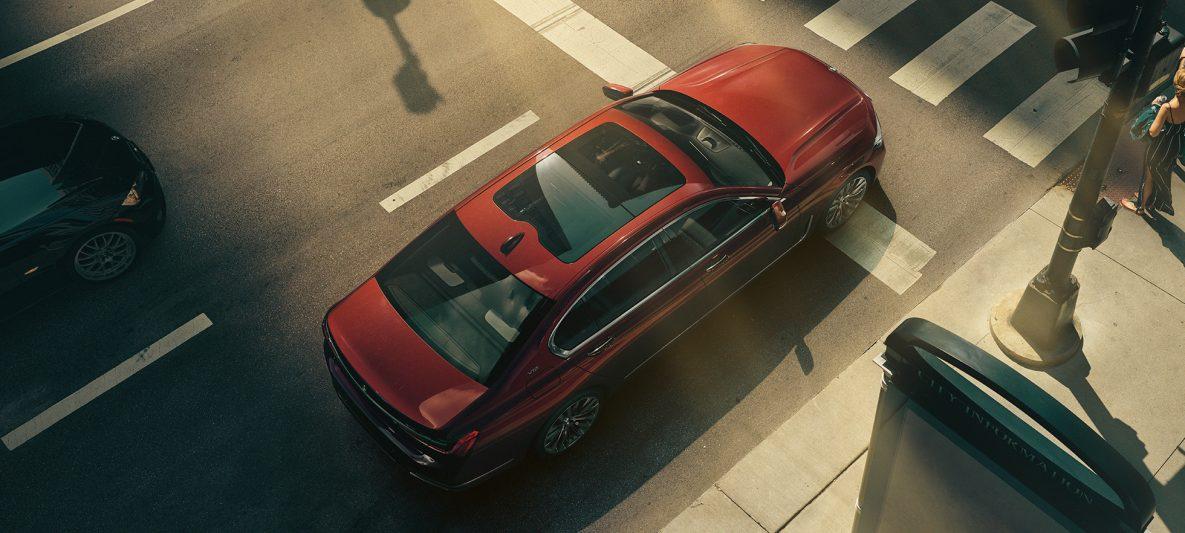 BMW 7er Limousine von oben auf einer Kreuzung