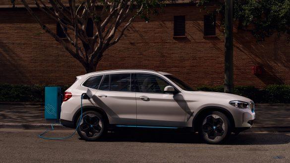 BMW iX3 mit Ladestation