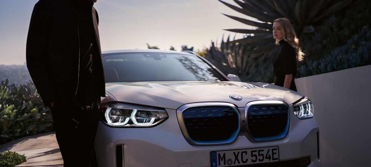 BMW iX3 G08 2020 Mineralweiß metallic Dreiviertel-Frontansicht mit BMW i Niere