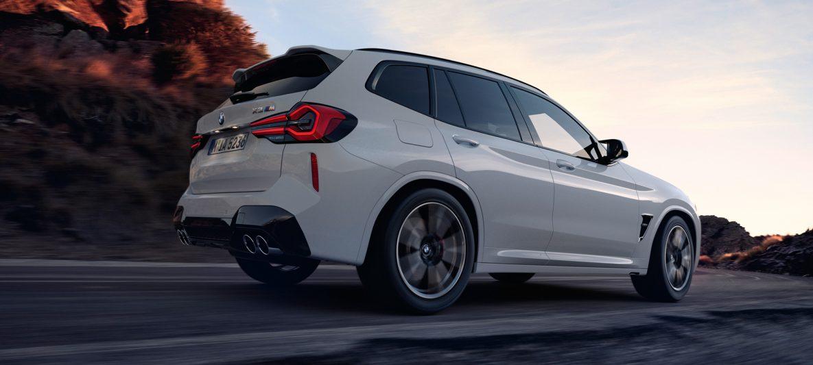 BMW X3 M F97 LCI Facelift 2021 Alpinweiß seitliche Heckansicht Froschperspektive